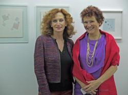 Karin Müller avec Valérie Bonnier devant des pastels de Guy de Lussigny, galerie gimpel & müller