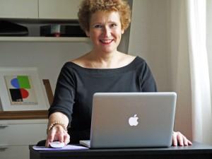 Karin écrit ses livres sur son ordinateur